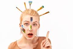 Kobieta artystycznego makeup w postaci uderzenie akrylowej farby Elegancka Bob fryzura z zablokowanymi mu?ni?ciami w blondynie zdjęcie stock