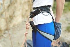 Kobieta arywista przygotowywa ważyć skałę Fotografia Stock