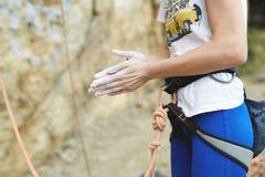 Kobieta arywista przygotowywa ważyć skałę Zdjęcia Stock