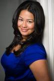 Kobieta atrakcyjny młody latynoski uśmiechnięty portret. Obrazy Royalty Free