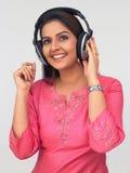 kobieta azjatykcia słuchająca muzyka Zdjęcia Stock