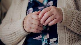 Kobieta bóle w rękach Ręka krzywdzi kobiety zdjęcie wideo