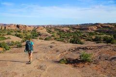 Kobieta backpacking w pustynnym południowego zachodu krajobrazie Zdjęcie Stock