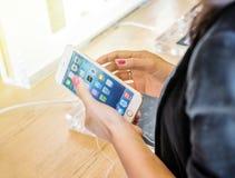 Kobieta bada nowego iPhone 6 Plus Zdjęcia Stock