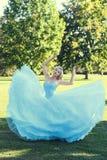 Kobieta baletniczego tancerza taniec w parku Zdjęcia Royalty Free