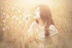Kobieta bawić się bąbel przy polem z instagram filtrem Fotografia Royalty Free