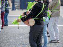 Kobieta bawić się bęben na Japońskim taiko w ulicznym występie Zdjęcie Royalty Free