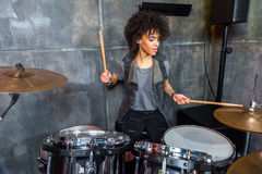 Kobieta bawić się bębeny w muzykalnym studiu, dobosza rockowy pojęcie Obraz Royalty Free