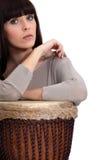 Kobieta bawić się bongo zdjęcia royalty free