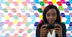 Kobieta bawić się grę komputerową z kolorowym geometrycznym wzorem zdjęcia stock