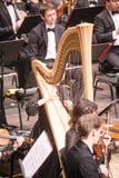 Kobieta bawić się harfę w orkiestrze Tyumen Fotografia Royalty Free
