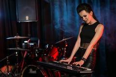 Kobieta bawić się klawiaturę na scenie Zdjęcie Royalty Free