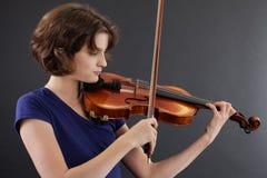 kobieta bawić się skrzypcowych potomstwa obraz stock