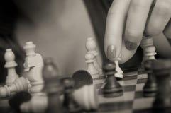 Kobieta bawić się szachy Zdjęcia Royalty Free