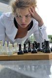 Kobieta bawić się szachy outdoors obraz royalty free