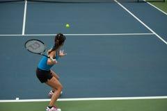 Kobieta bawić się tenisa. Zdjęcie Stock