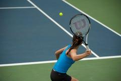 Kobieta bawić się tenisa. Obrazy Royalty Free