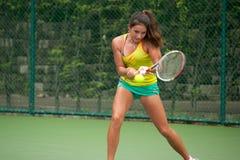 Kobieta bawić się tenisa. Zdjęcia Royalty Free
