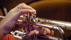 Kobieta bawić się trąbkę niebieski b palców zawodnika ogniska ton saksofonowa na trąbce Trąbkarz bawić się muzycznego jazzowego i Zdjęcia Stock
