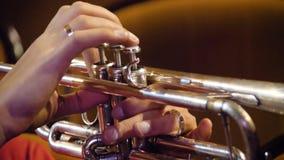 Kobieta bawić się trąbkę niebieski b palców zawodnika ogniska ton saksofonowa na trąbce Trąbkarz bawić się muzycznego jazzowego i Zdjęcie Stock