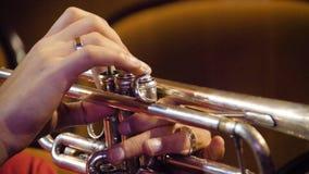 Kobieta bawić się trąbkę niebieski b palców zawodnika ogniska ton saksofonowa na trąbce Trąbkarz bawić się muzycznego jazzowego i Obrazy Royalty Free