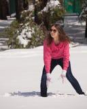 Kobieta bawić się w śniegu Zdjęcia Royalty Free