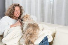 Kobieta bawić się z jej psem Zdjęcie Royalty Free