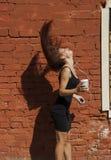 Kobieta bawić się z jej włosy Zdjęcia Stock