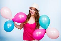 Kobieta bawić się z wiele kolorowymi balonami Obrazy Royalty Free