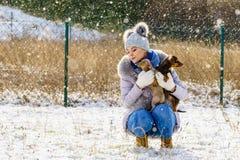Kobieta bawi? si? z psami podczas zimy zdjęcie royalty free