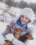 Kobieta bawi? si? z psami podczas zimy zdjęcia stock