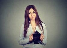 Kobieta bez pieniądze Smutnego bizneswomanu mienia pusty portfel zdjęcia stock