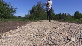 Kobieta bieg na parkowej ścieżce zbiory