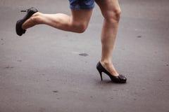 Kobieta bieg na piętach Obraz Stock