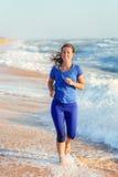 Kobieta bieg oceanu lub morza plażą Fotografia Royalty Free