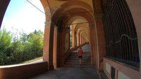 Kobieta bieg pod ganeczkiem zdjęcie wideo