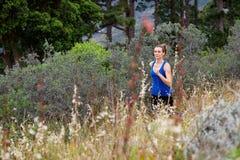 Kobieta bieg przez śródpolnego outside obraz royalty free