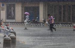Kobieta bieg w deszczu obraz stock