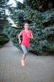 Kobieta bieg w drewnie, szkolenie i ćwiczyć dla śladu bieg, mącimy fotografia stock