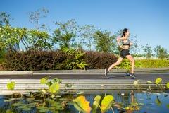 Kobieta bieg w ogródzie Obraz Stock