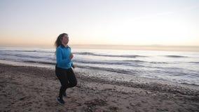 Kobieta bieg W plaży Przy zmierzchem koncepcja kulowego fitness pilates złagodzenie fizycznej zbiory wideo