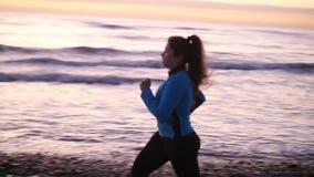 Kobieta bieg W plaży Przy zmierzchem koncepcja kulowego fitness pilates złagodzenie fizycznej zbiory