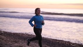 Kobieta bieg W plaży Przy zmierzchem koncepcja kulowego fitness pilates złagodzenie fizycznej zdjęcie wideo