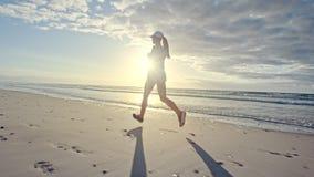 Kobieta bieg wzdłuż plaży w ranku zdjęcie wideo