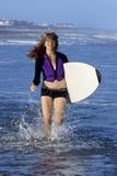 Kobieta bieg z surfboard Obraz Stock