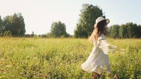 Kobieta biega w łące z kwiatami zbiory wideo
