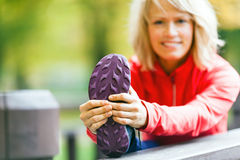 Kobieta biegacz ćwiczy outdoors i rozciąga, jesieni natura Fotografia Stock