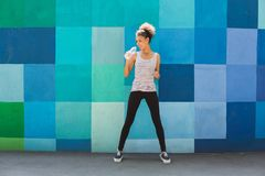 Kobieta biegacz ma przerwę, woda pitna fotografia stock