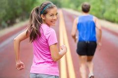 Kobieta biegacz ono uśmiecha się patrzejący kamerę Zdjęcie Royalty Free