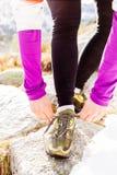 Kobieta biegacz wiąże sporta buta śladu bieg zdjęcie royalty free